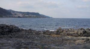 溶岩が削られた岩が転がっています
