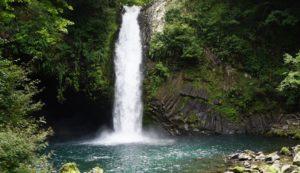 滝壺の間近から滝を眺めることができます