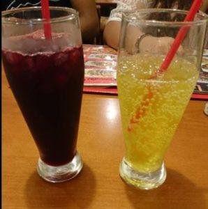 右がインカコーラ。左はChica Molada「チチャ・モラーダ」という紫トウモロコシで作られた飲み物です。