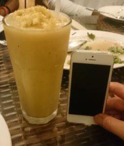 バナナのスムージーにアイスを加えたもの。ハロハロとはまた違うようです。サイズがとんでもない。※右の携帯はiPhone6 Plusです。