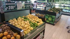 マンゴーは200ペソ(約420円)/kg。1kgだと3~4個買えそうです。