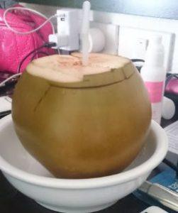 ココナッツの実丸ごと1個贅沢に使ったココナッツジュース