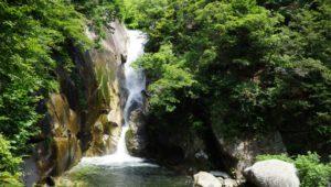 幻想的な岩肌と渓流が続いています