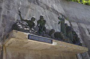 建設当時の様子を模した石像